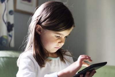 Os riscos dos eletrônicos na saúde ocular das crianças